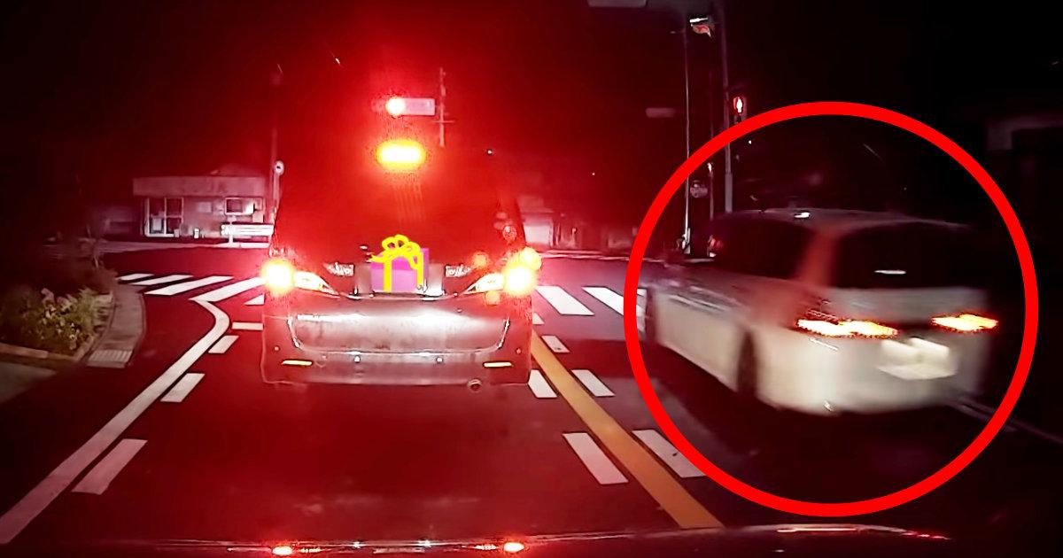 「天罰が下ったな」赤信号を逆走でぶち抜いて行った車。わずか1分後、前方で自業自得すぎることになっていた!