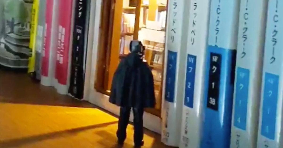 深夜だけ開いている、本棚の中にある古書店が最高にロマンチックだと話題に!
