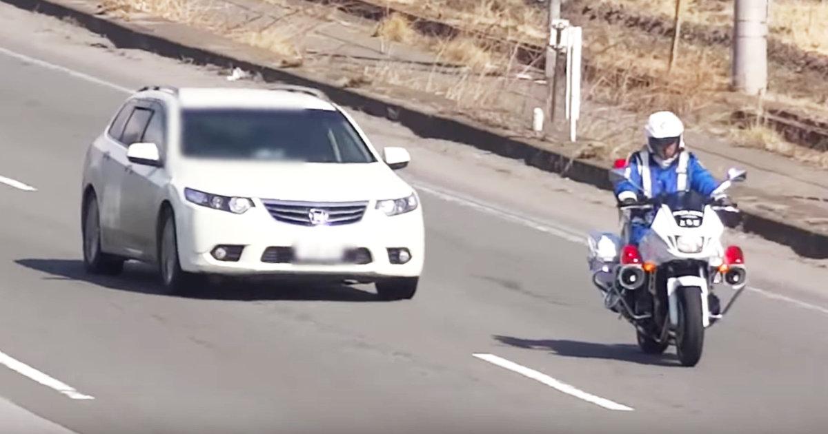 白バイに命令され停車させられた車。しかしありえない作戦で逃げていってしまい白バイ隊員も呆然でお手上げ!