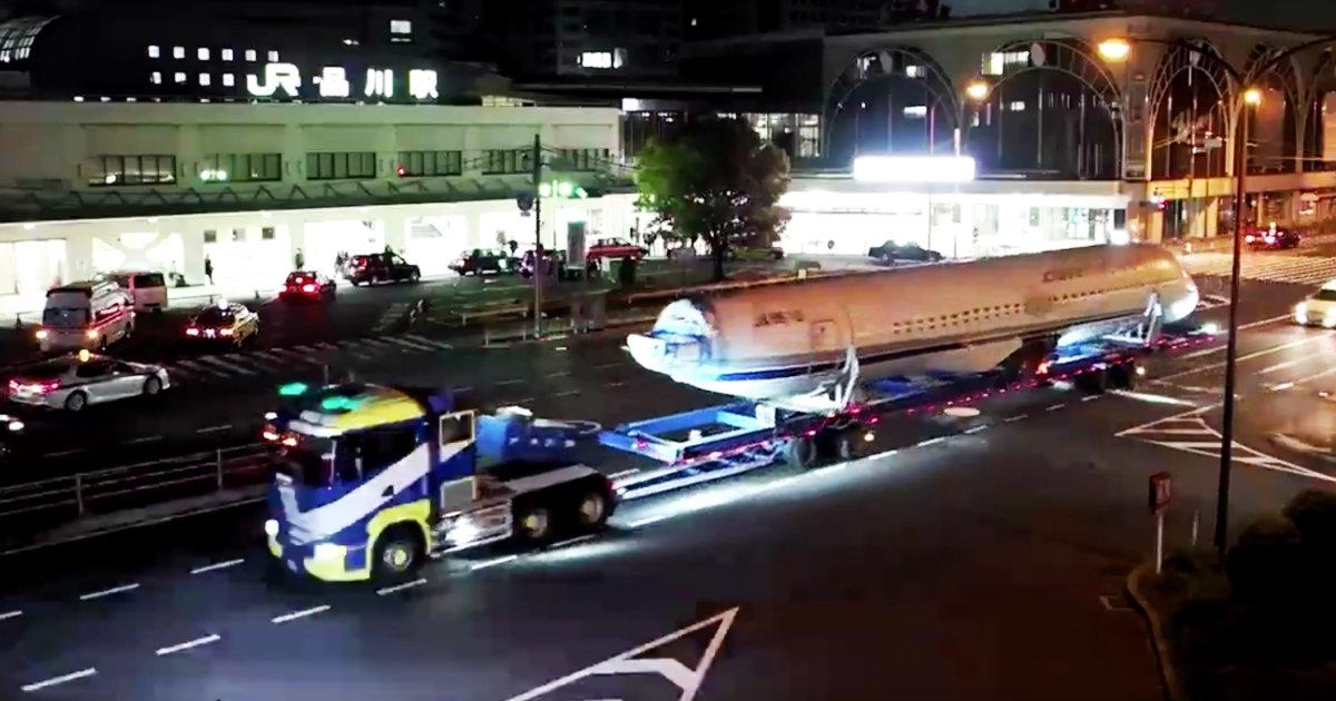「こんなん目潰しやん」品川駅前を走行中の大型トラックに前方からストロボを連写で焚きまくる記者が非常識すぎる!