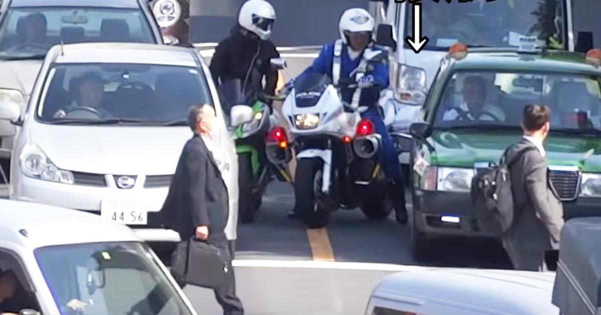 「あっ!」白バイ隊員ピンチ!違反バイクを取り締まろうとした白バイがタクシーにぶつけてしまい難しい対応