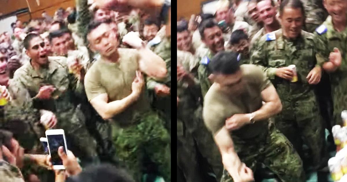 自衛隊員とアメリカ海兵隊員の本気の腕相撲がアツすぎる!「これが戦争の方法だったらいいのに」「みんな楽しそうで何より!」などの声!