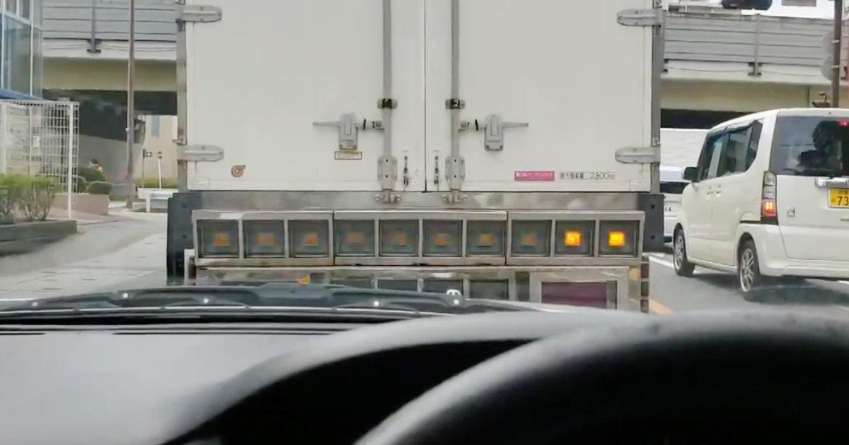 「どっちに曲がるんだよ」どちらの方向に曲がるのか分かりづらすぎる方向指示器のトラックが話題に!
