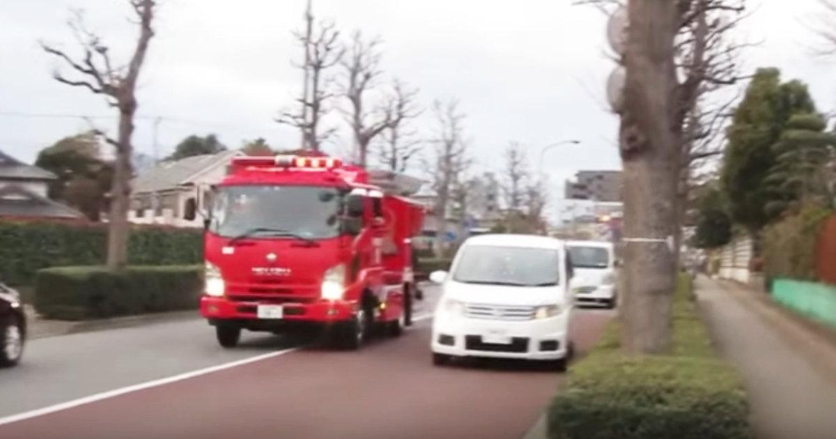 「アンタに譲ったわけじゃない!」消防車に道を譲った車。しかし後続車が自己中すぎる行動し消防車怒りの叫び&クラクション!