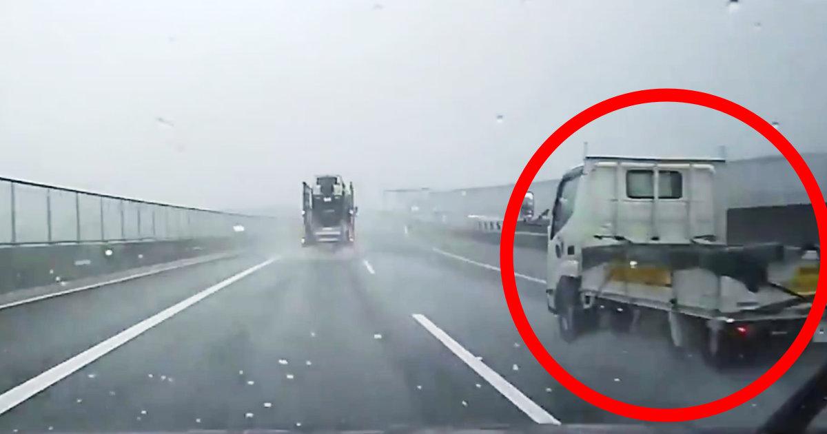 高速道路で隣を走っていたトラックが水溜りに突っ込みヤバいことに!撮影者さんも大変なことになってしまう!