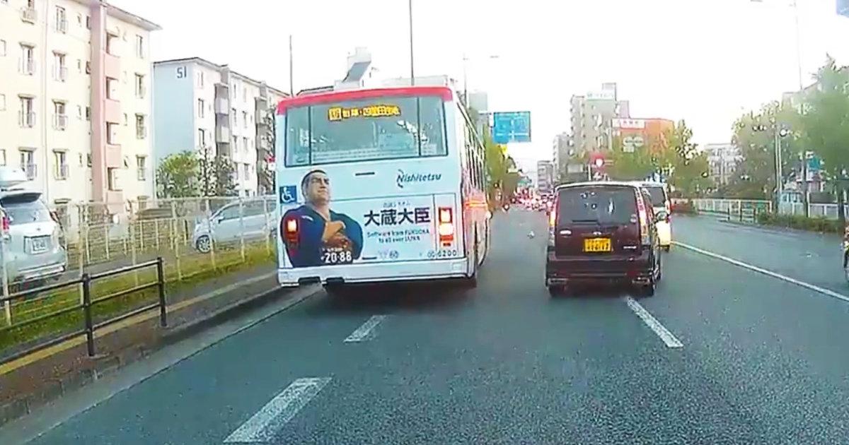 【神対応】「これは偶然ではない」路上に転がるサッカーボール。後続車が困らないように繰り出した西鉄バスの神技が話題に!