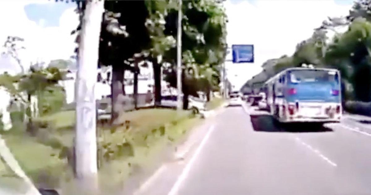 バスの死角からバイクが突然出現!「車の方が可哀想」「これは原付に気付くのは難しい」などの声!