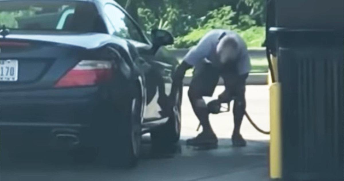 ガソリンスタンドのガソリンでありえないことをしている男性が話題に!