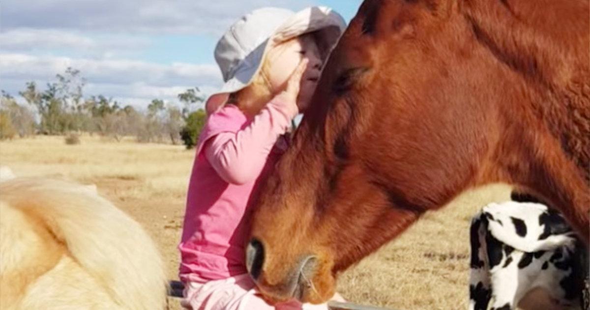 3歳の女の子の歌声に陶酔する馬。完全に通じ合っている!