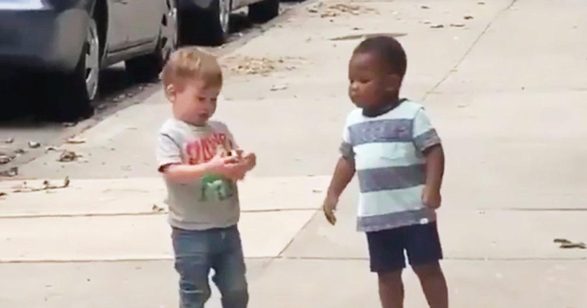 「差別意識を持って生まれる子供はいない」道端で出会った白人と黒人の子供たちの行動が世界中で話題に!