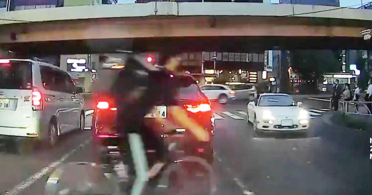 車のドライバーがかわいそう。自己中な配達員が車列の陰から横断しようとして車とぶつかってしまう!