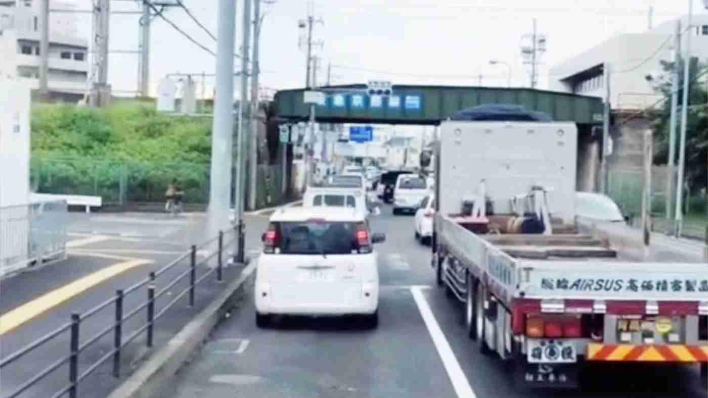 大型トラックがなぜ車間距離を開けるのか。割り込んではいけない理由が分かる動画が話題に!