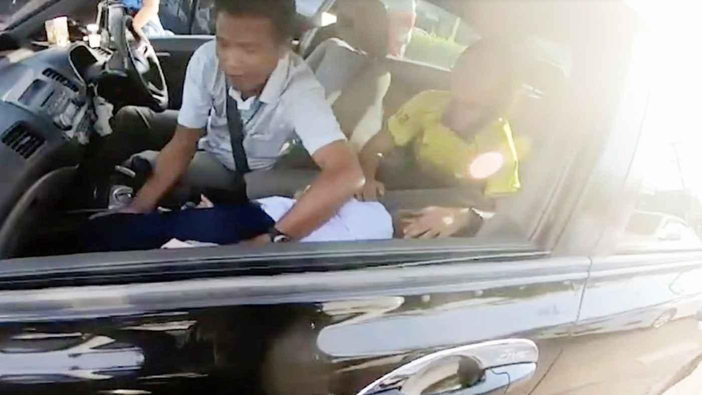 【神対応】渋滞で車が進まない中、娘がてんかん発作を起こしパニックになる家族。たまたま通りかかったバイク乗りの行動に涙
