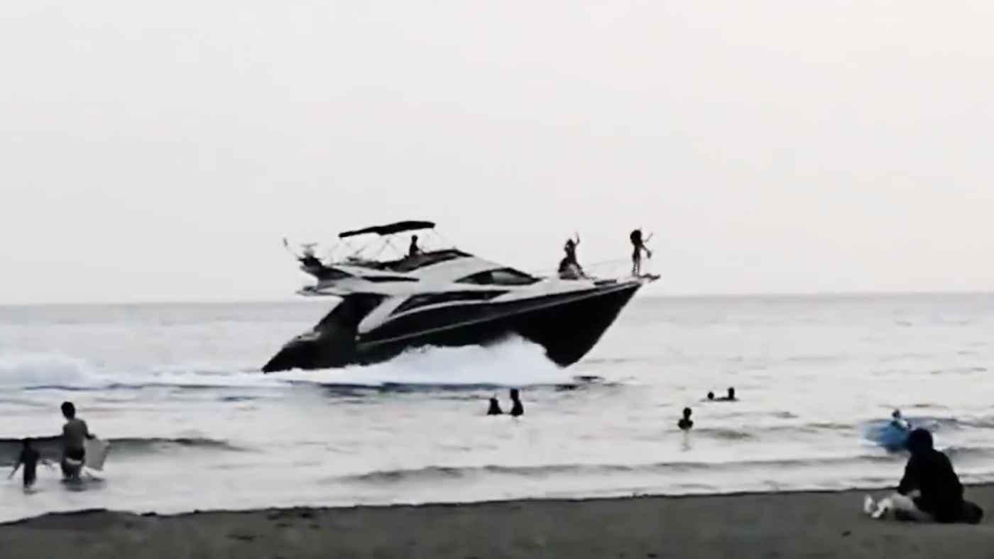 【由比ヶ浜】海水浴客のすぐ横を何度も往復!危なすぎるクルーザーに批判の声!