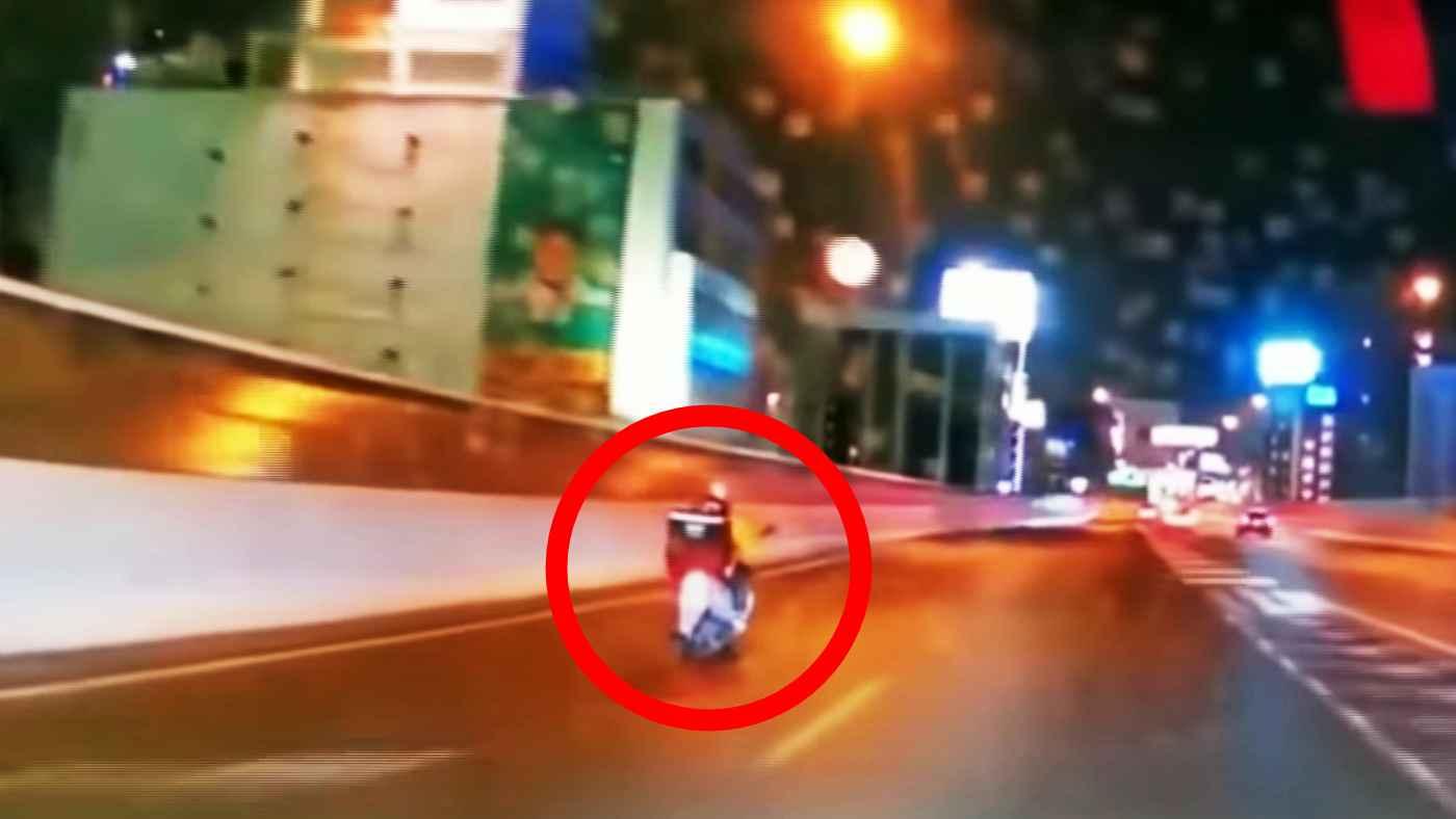 【愛知】高速道路を原付バイクで走行するウーバーイーツ配達員が目撃される!