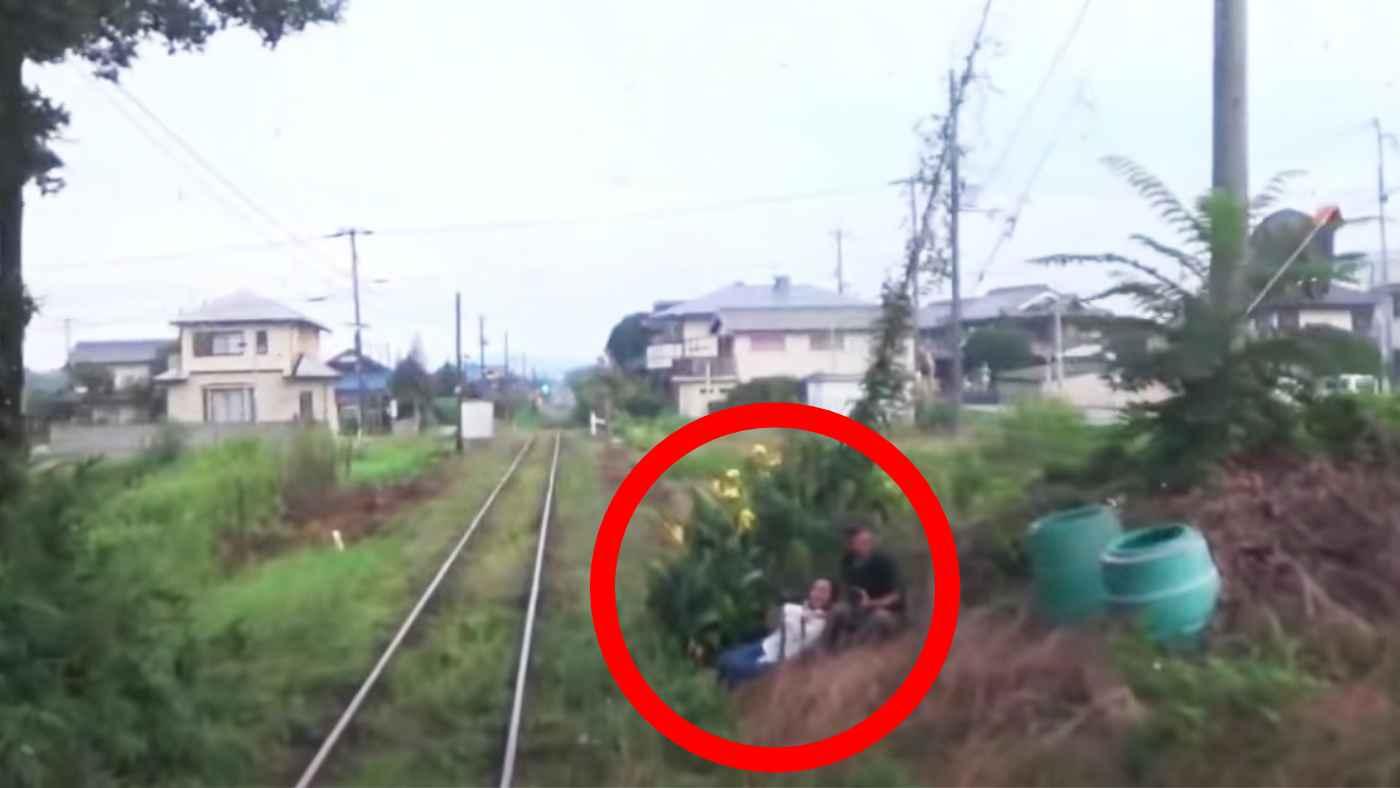 「警笛鳴らされてヘラヘラ」線路内で撮影していた迷惑な鉄道マニアに接触しそうになり電車が急停車してしまう!