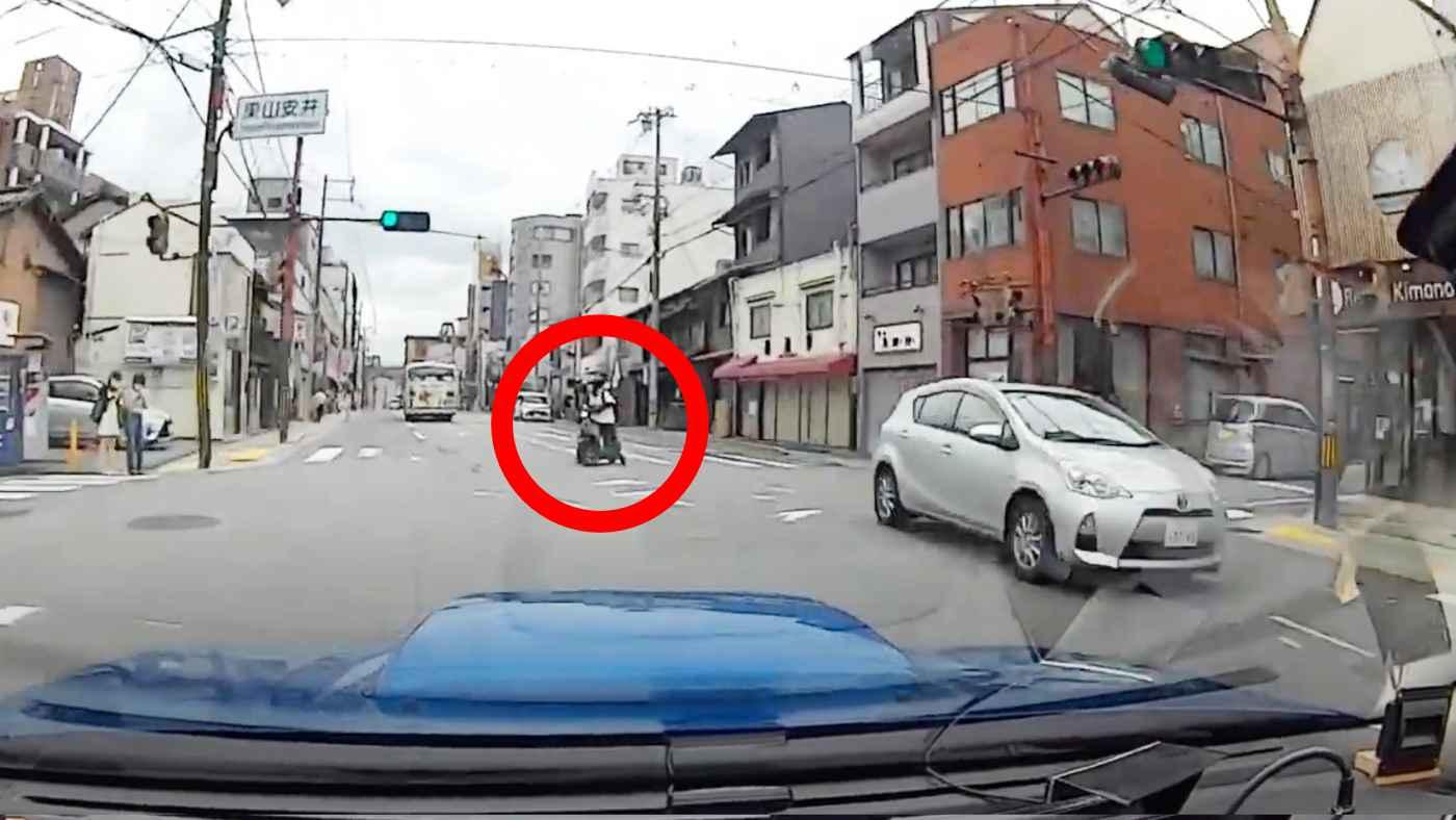 「スマホじゃなくて前を見て!」ウーバーイーツ配達員の思いもよらぬ行動に車のドライバーさんも思わず絶叫!