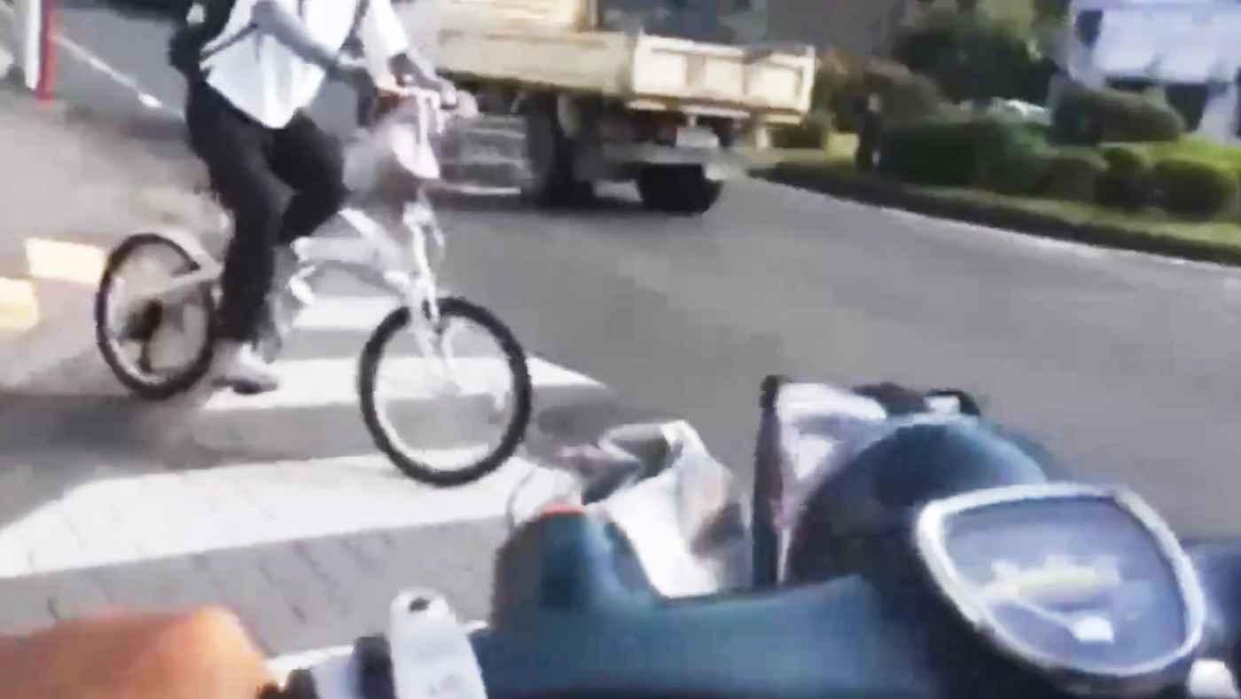 ライブ配信していたウーバーイーツ配達員が、バイクで自転車にぶつかりそのまま逃走!その後Twitterで本人が弁明!