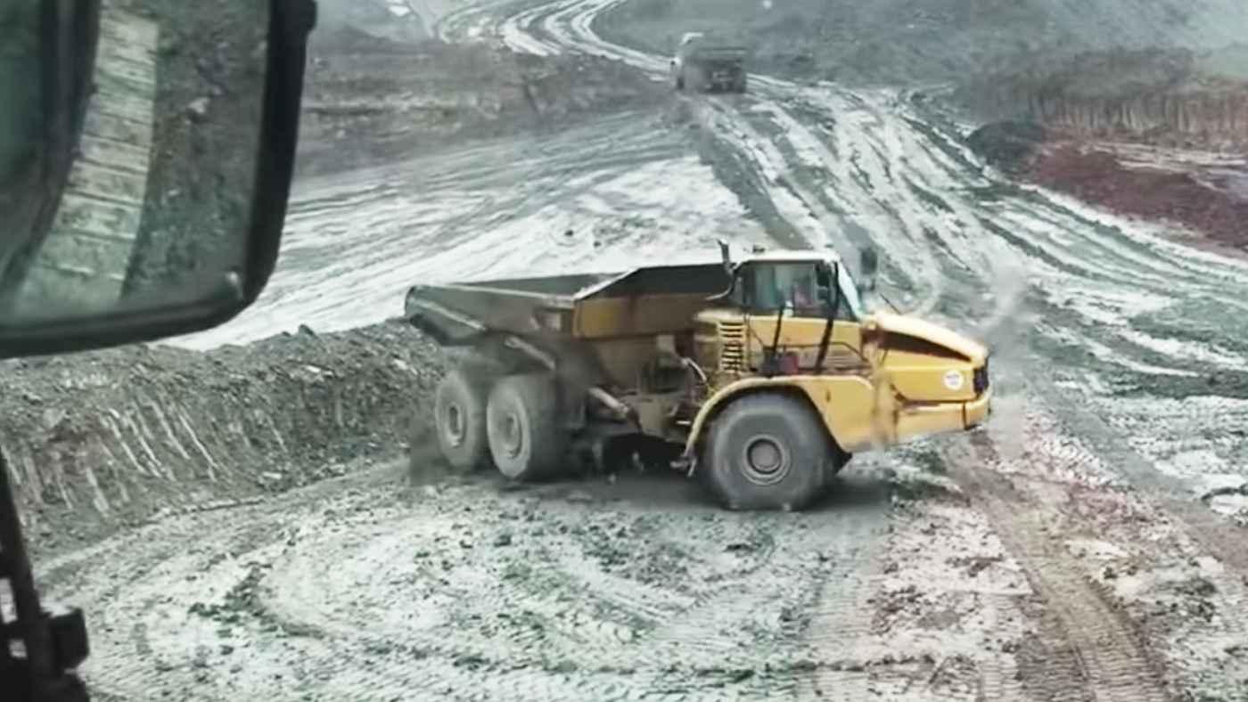 【神業】「後から怒られそう」40トンの巨大トラックで華麗にドリフト駐車を決める動画が話題に!