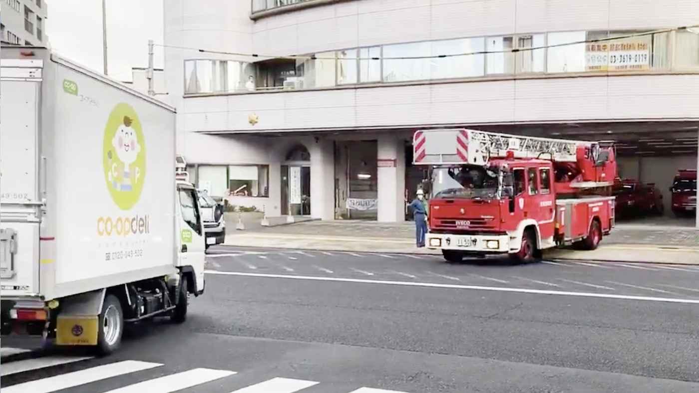 「この状況でなぜ止まらないのか疑問」消防車に名指しで注意されるコープのトラック!