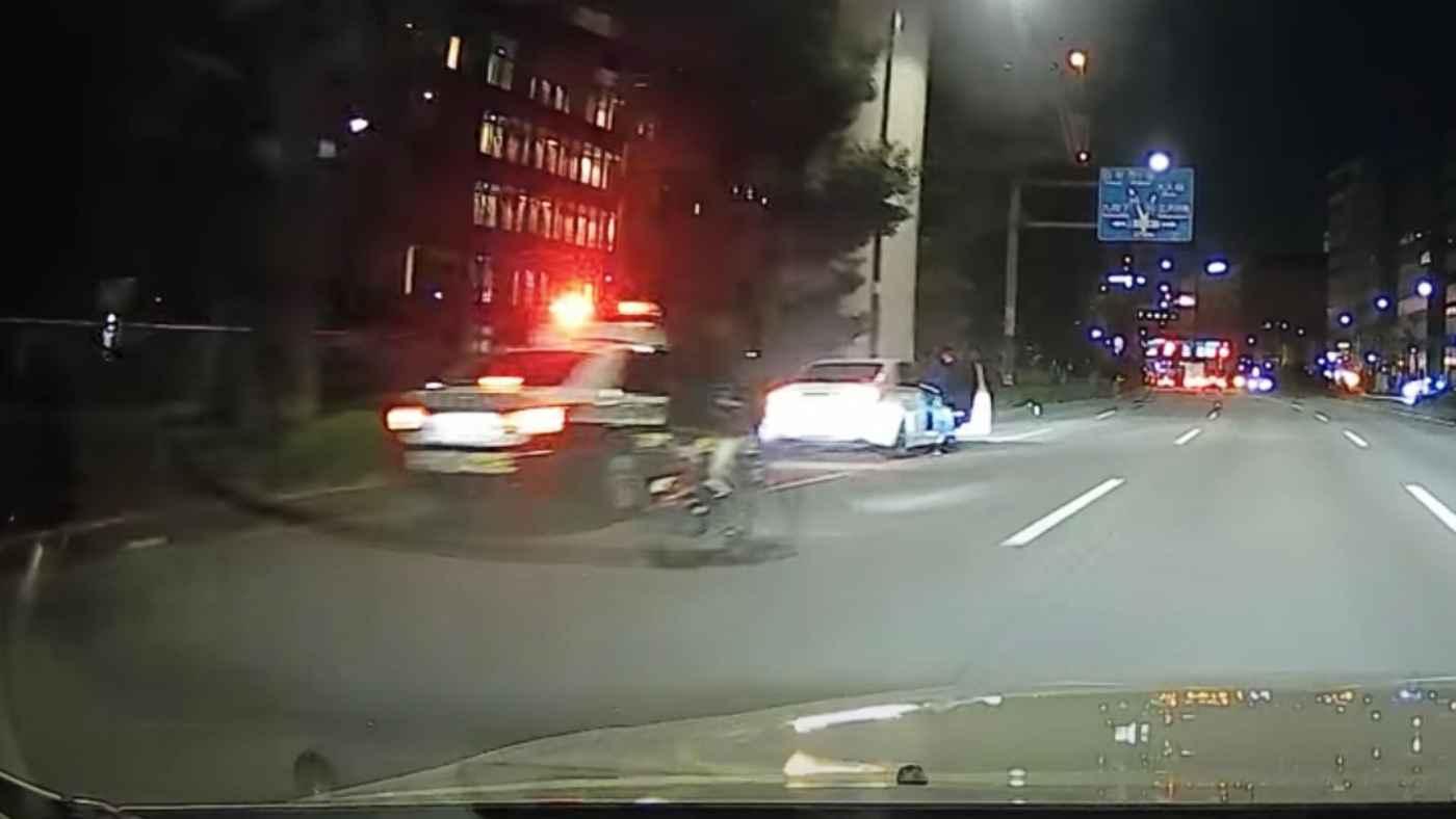 覆面パトカーがパトカーに捕まる動画が撮影される!「違反切符は切られたのかな」などの声!