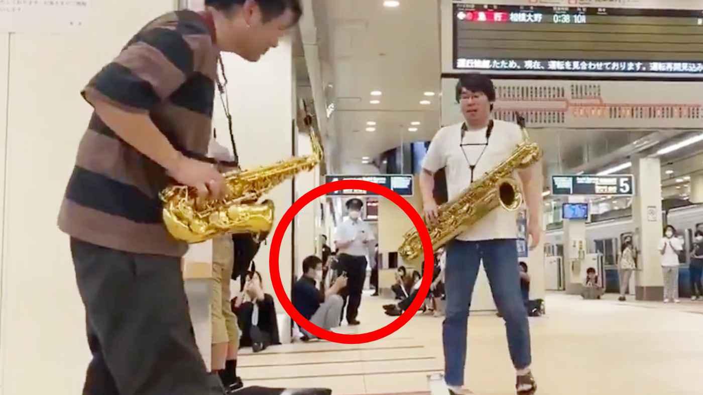 【神対応】午前2時、終電の小田急線がストップ!偶然いたサックス奏者たちがスゴい演奏を披露し、駅員さんも拍手!
