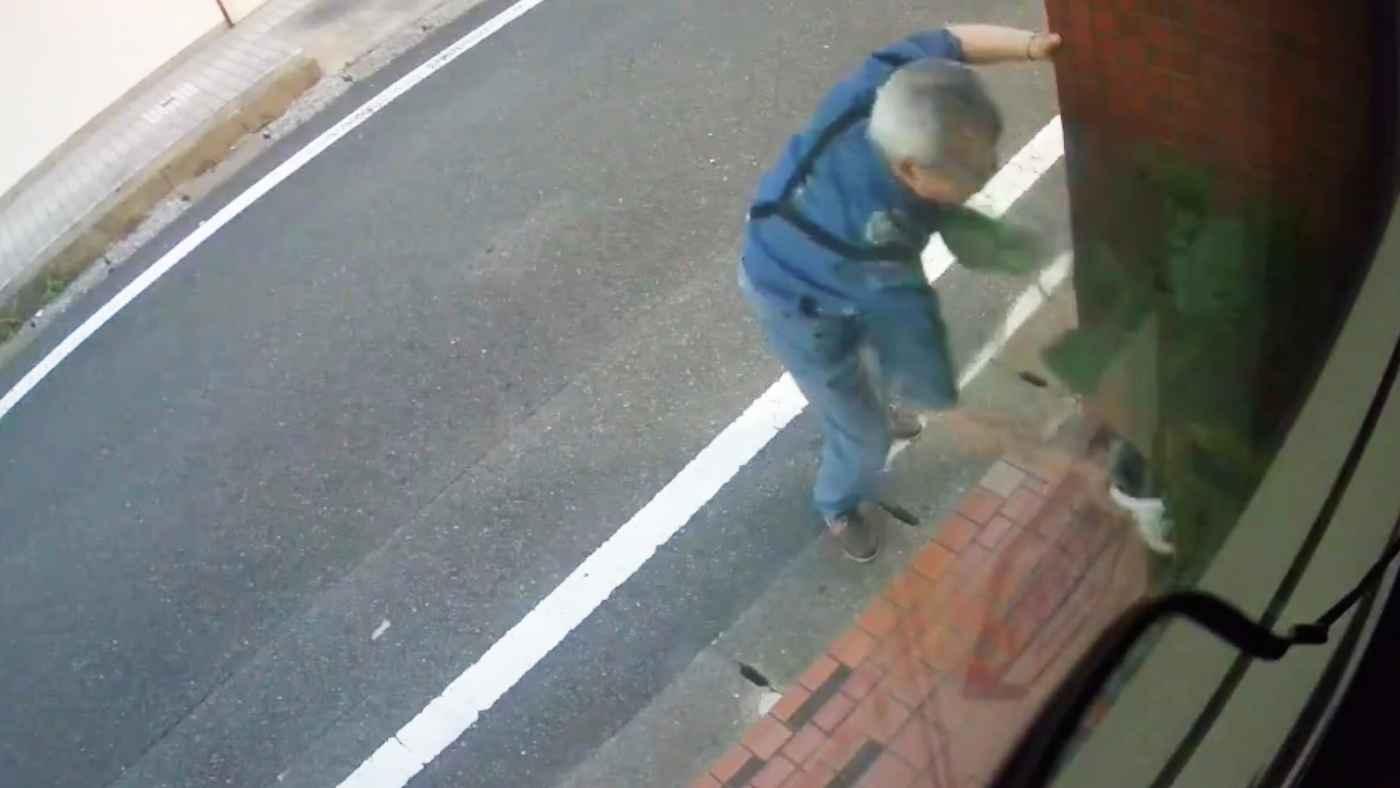 「いつも玄関の植木が何鉢も盗まれました!今日やっと犯人を動画に押さえました!」白昼堂々と植木鉢を持っていってしまう高齢男性が撮影される!