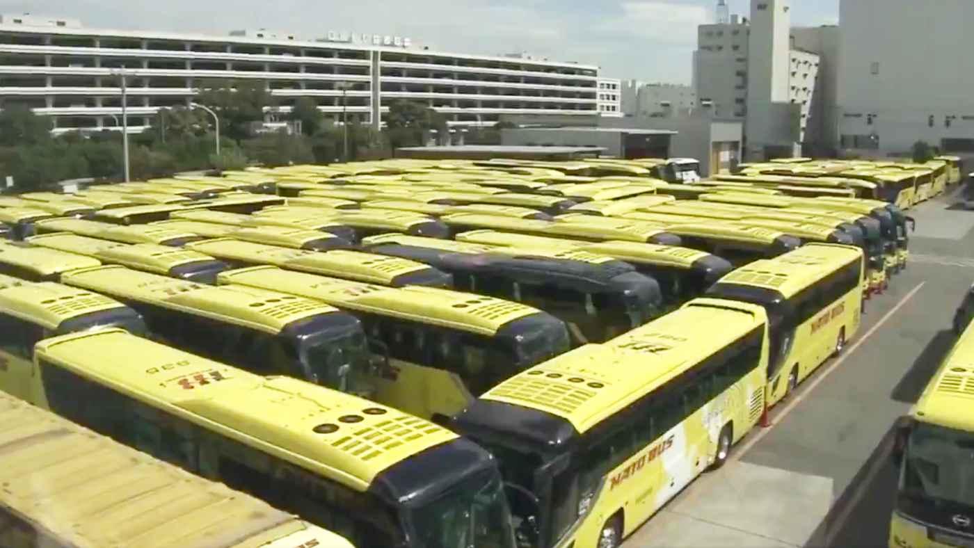 【神業】はとバスが稼働していないバスを精密に並べて巨大迷路を作り話題に!「駐車技術凄すぎ!」「企画考えた人凄い!」などの声!