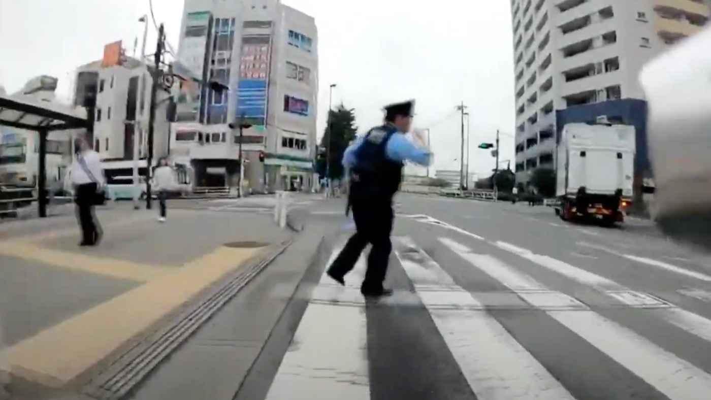 赤信号で警察官が突然飛び出してきてもう少しでひきそうになってしまう!