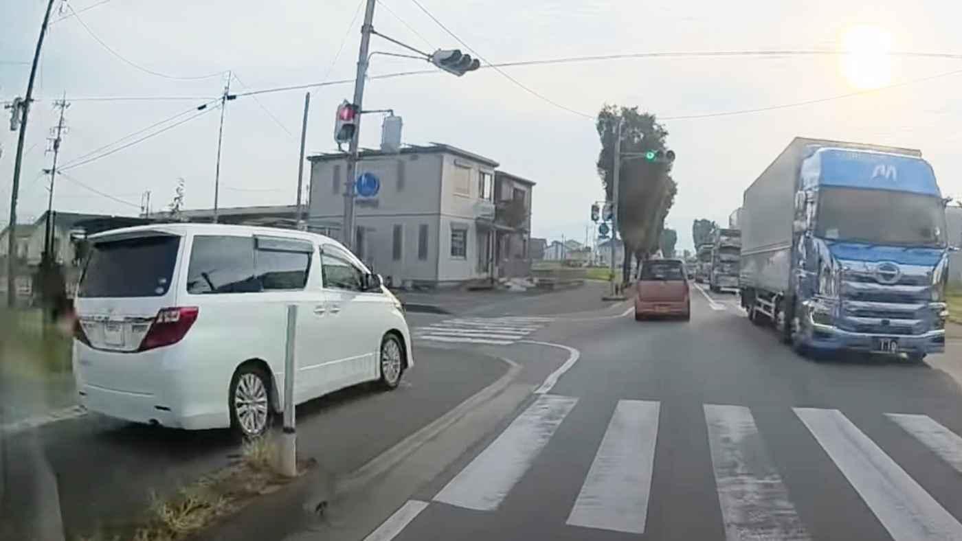【熊本】歩道を猛スピードで爆走する車が物議!逮捕されるのも時間の問題!