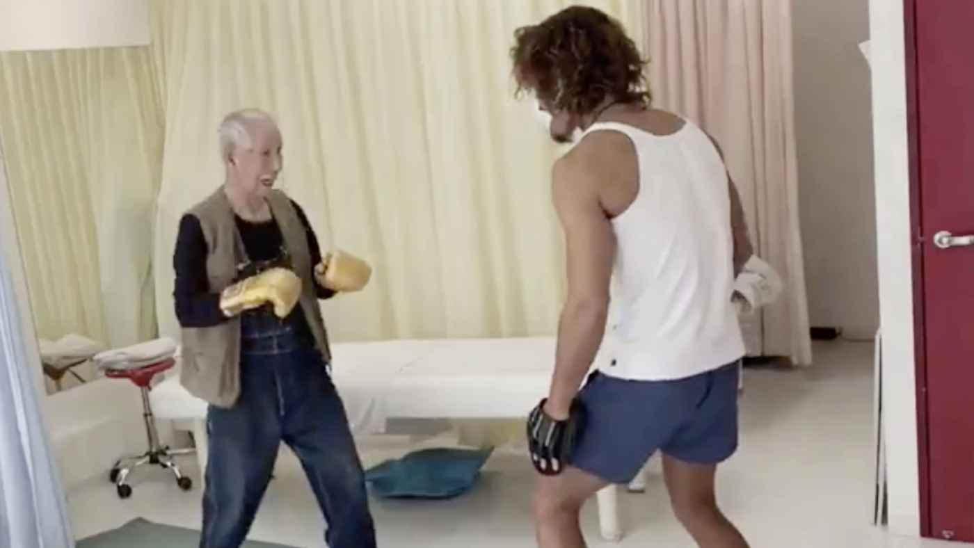「人間っていくつになっても成長するんだな」杖をついていた89歳のおじいさんがトレーニングを始めて1ヶ月後の比較動画が話題に!