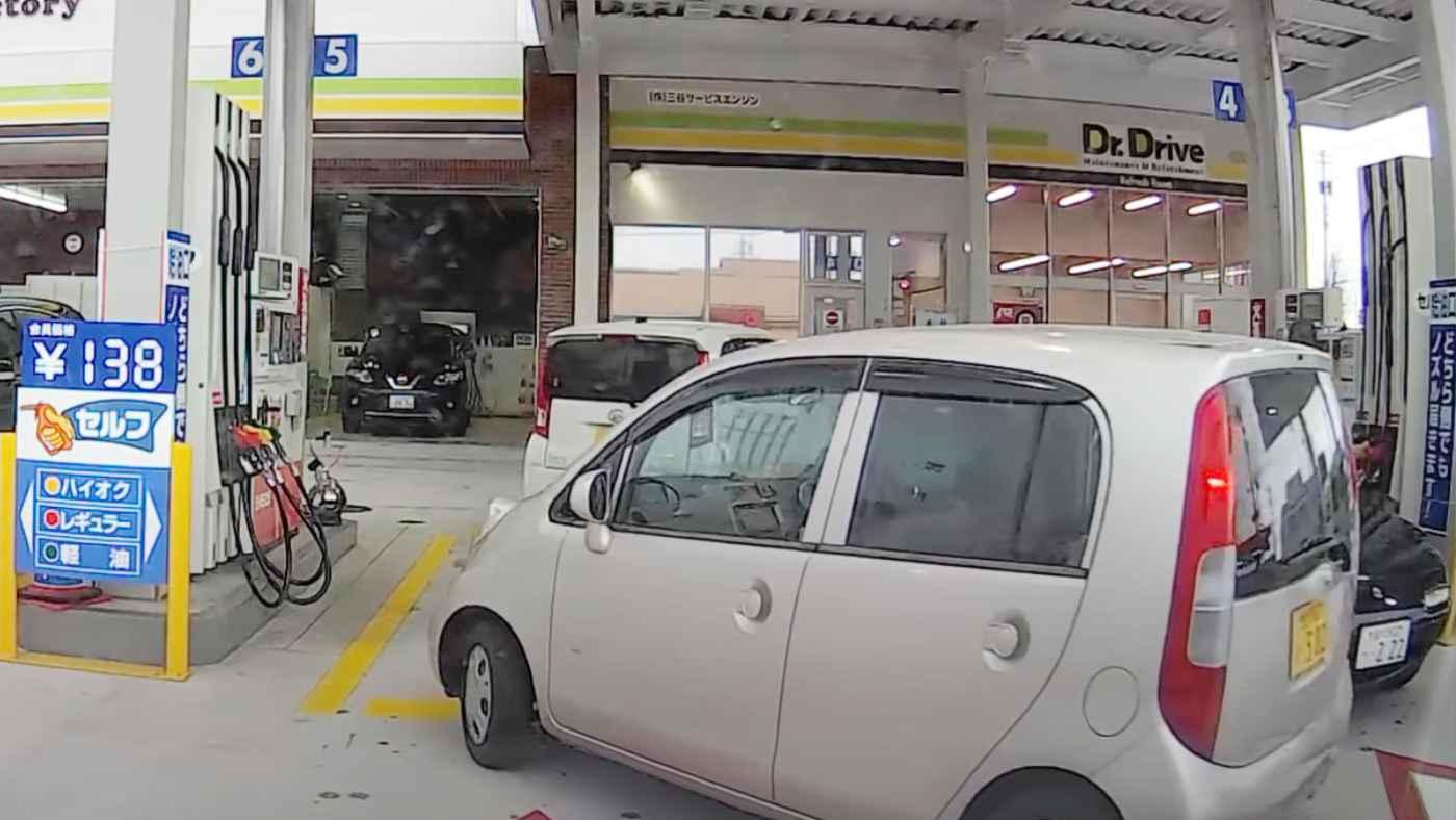 自己中すぎ!ガソリンスタンドで当たり前のように割り込みするドライバーの女性がひどい!