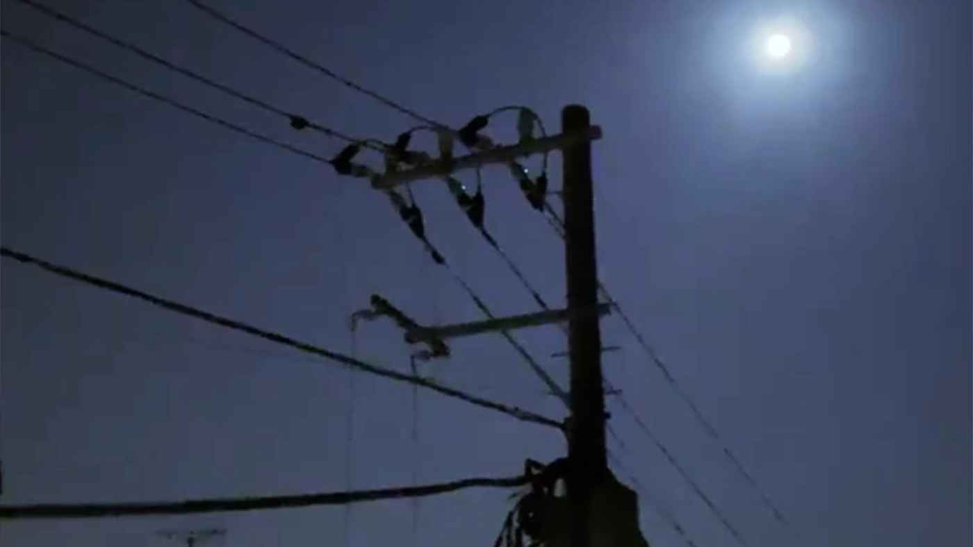 人々が寝静まった午前3時、中秋の名月を眺めていたら、電線を小さい「ネコバス」が通り過ぎて行ったと話題に!