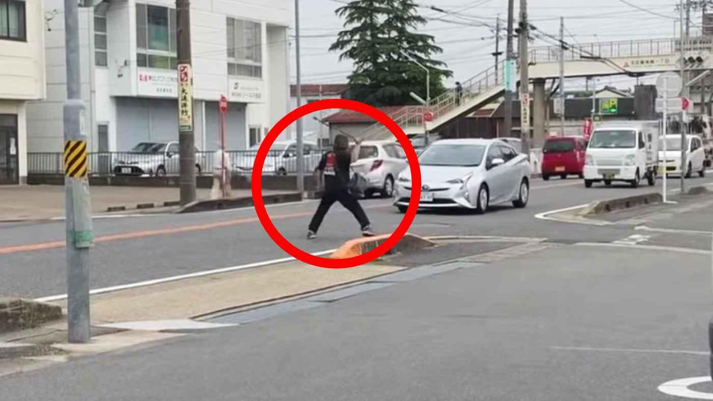 【名古屋】走行中の車の前に突然飛び出し逆ギレするヤバすぎる高齢男性のせいで路上がカオスに!