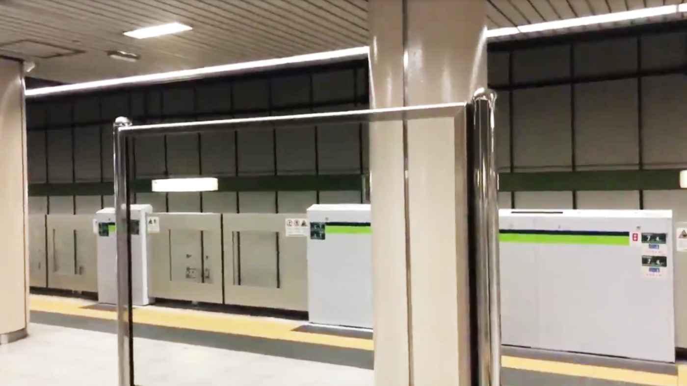 【神業】都営新宿線のホーム上の鏡の配置が完璧すぎてイリュージョンにしか見えないと話題に!