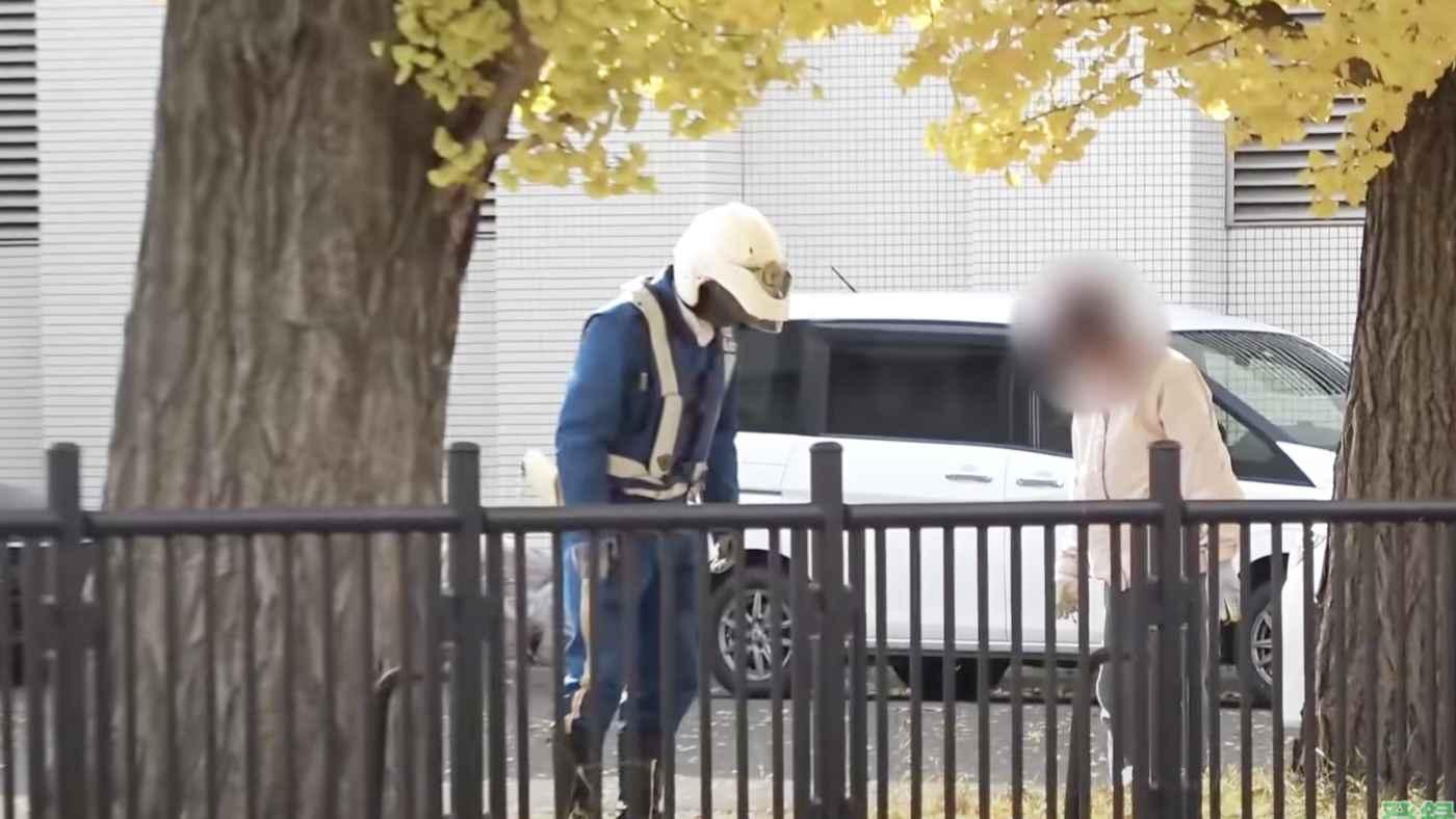 【神対応】「思いやりのある対応」警察庁舎内で銀杏拾いするおばあちゃん。白バイ隊員の粋な対応に称賛の声!