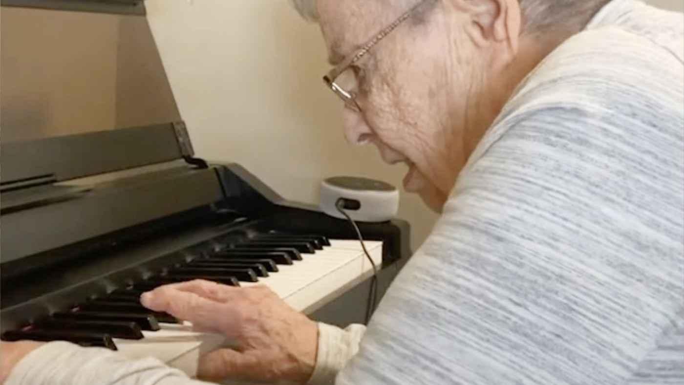 92歳の認知症のおばあさん、一人で日常生活も出来ないもののピアノの前に座るとピアニストに戻る!