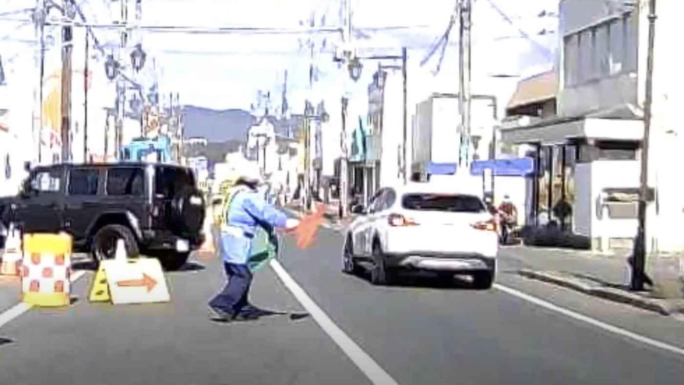 交通誘導員のおじさんもマジギレ!止めるのを無視した自己中な車が迷惑すぎることになってしまう!
