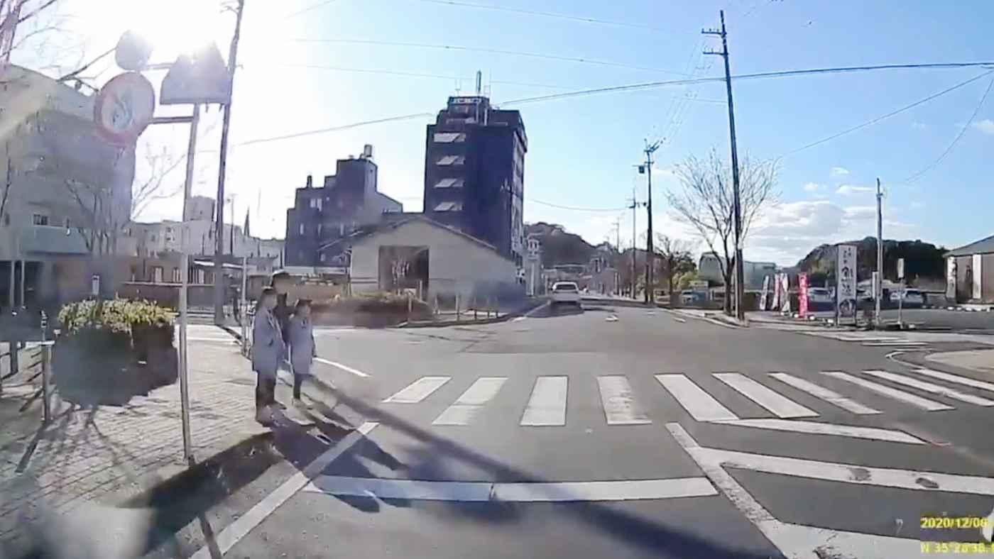 【京都】横断歩道を渡ろうとしている親子がいたので停車したら、あと一歩で大変なことになっていた動画が物議!