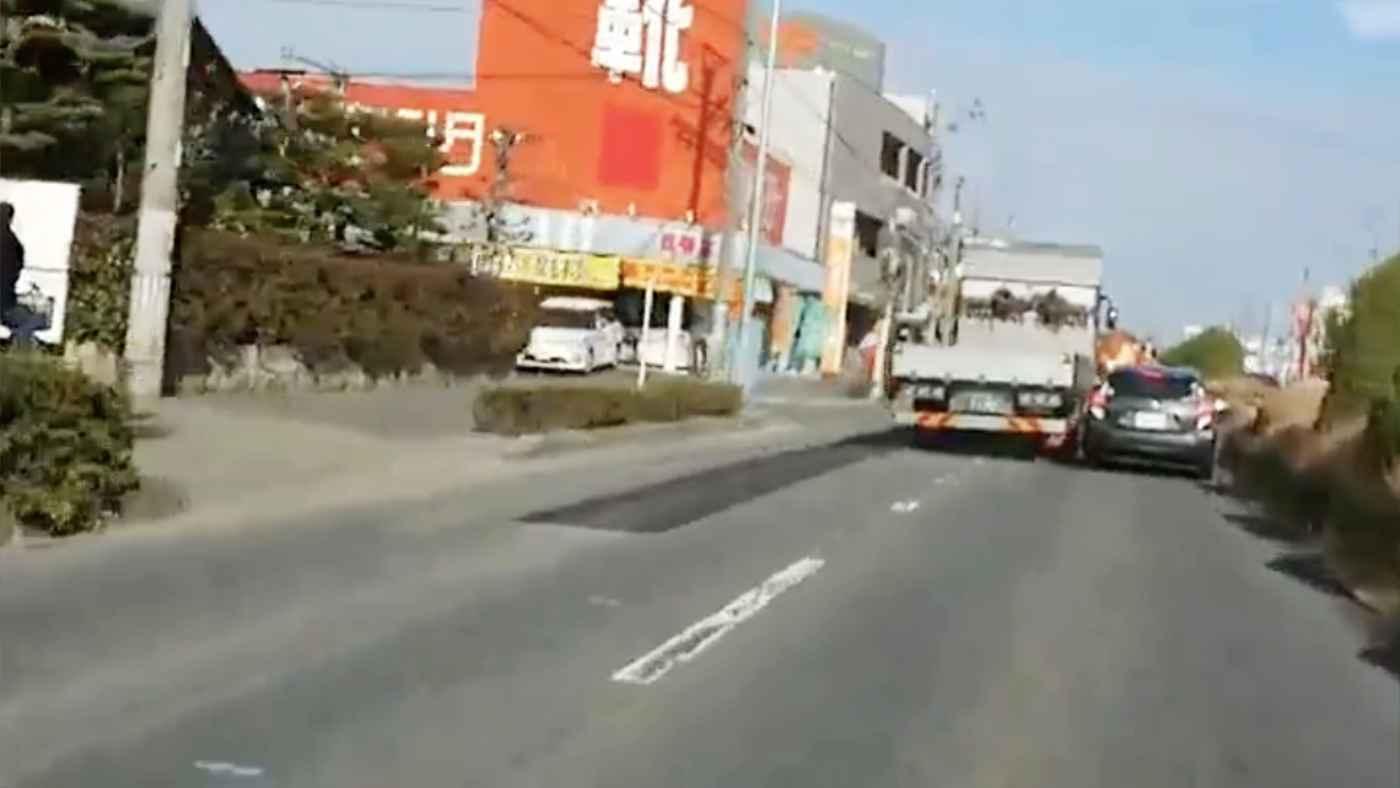 「これはヤバい」乗用車に割り込みされて怒ったトラックのお返しがヤバいと話題に!