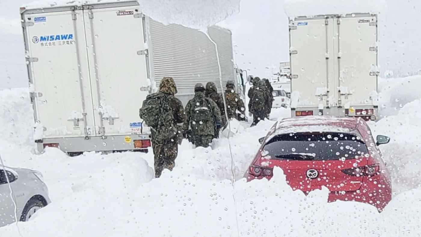 雪深い関越道を6kmも歩いて立ち往生の救助に駆けつけた自衛隊員の謙虚な言葉に感謝の声!