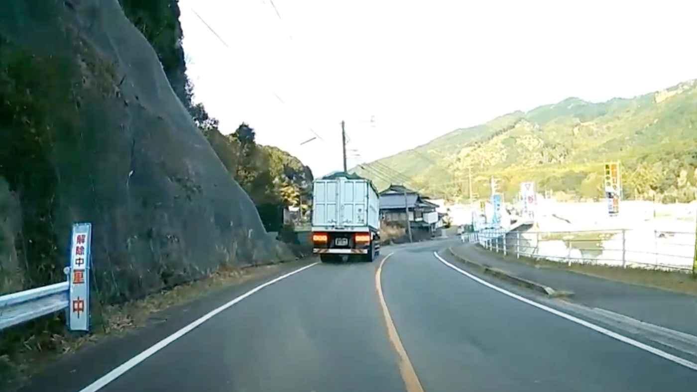 一見何もない場所で前方の大型トラックが急停車!大型ドライバーの解説に納得!