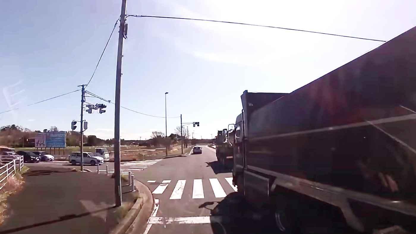 「カッコ悪い」危険すぎる無謀な運転のダンプカーが自業自得なことになってしまう!