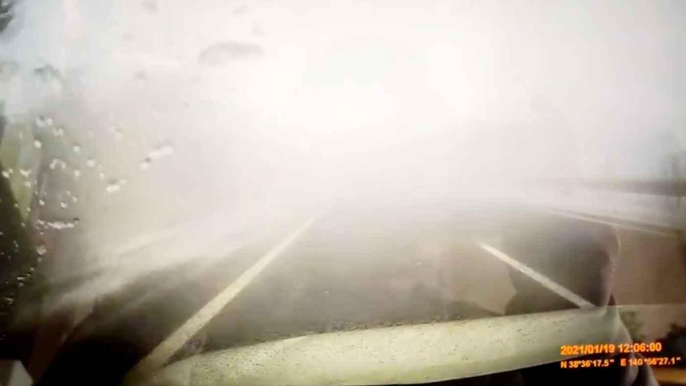 突然視界に現れるトラック!宮城の高速でのホワイトアウトによる多重事故をギリギリ回避した動画が話題に!