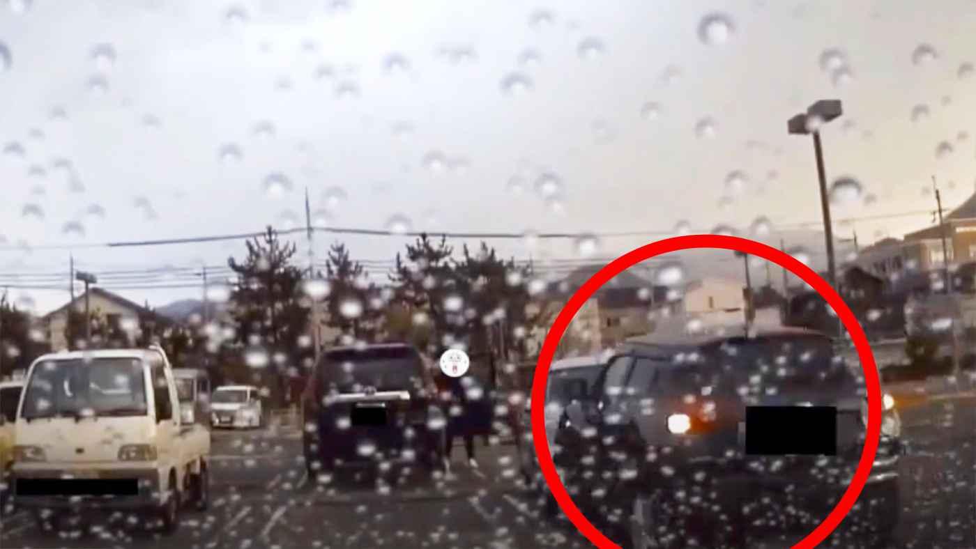 【兵庫】駐車場でアクセルとブレーキを踏み間違った高齢者がパニックになり他車を巻き込みヤバすぎることになってしまう!