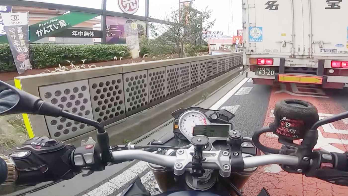 【神対応】バッテリーが上がった大型バイク。見ず知らずの若者たちの行動に日本もまだまだ捨てたものじゃないなと思える!