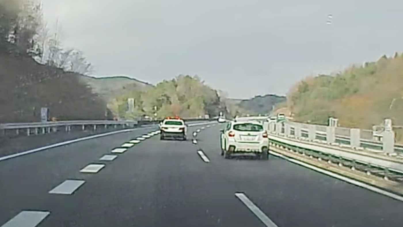 恐らくなぜ捕まったか気づいていない。自らパトカーに捕まりにいっているとしか思えない車の動画が話題に!