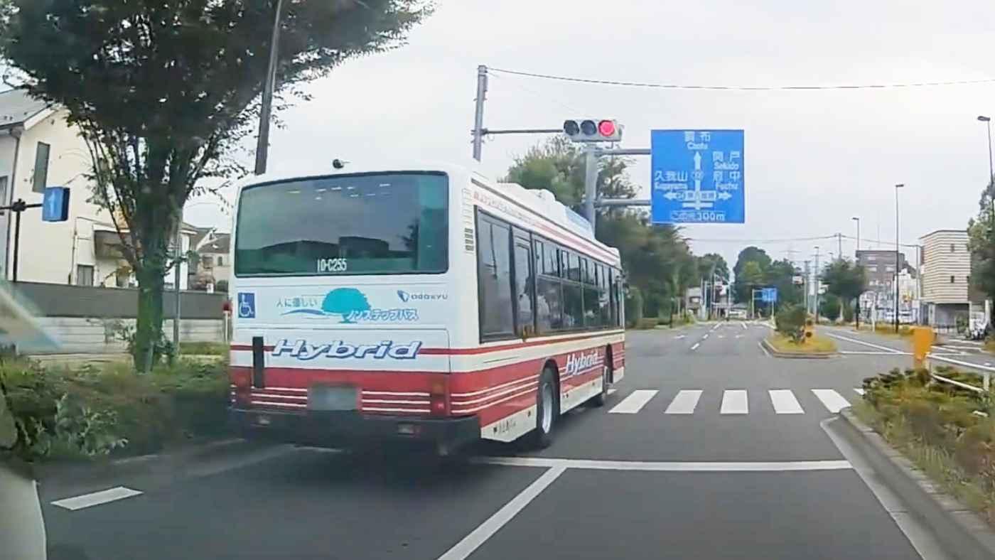 「バスってこんな無謀運転するの?!」信号無視は当たり前!交通ルール無視の路線バスが危なすぎると物議!