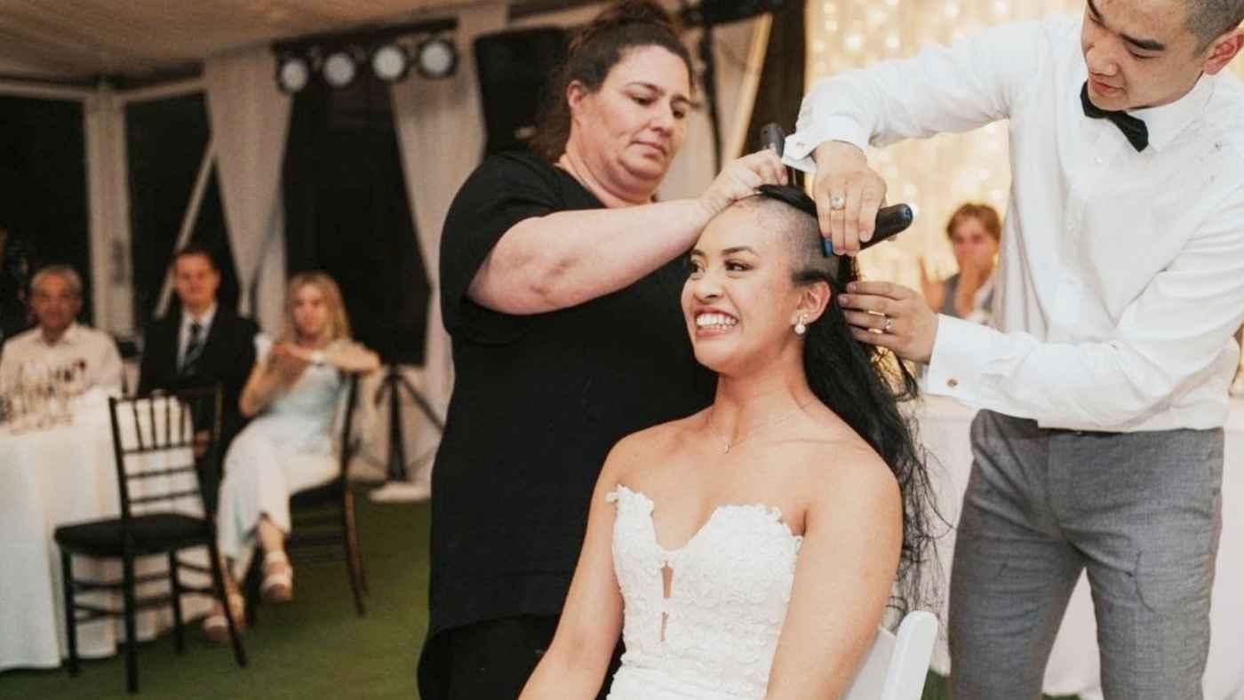【感動サプライズ】結婚式で髪の毛を剃った新郎新婦。そこには感動の理由があった!