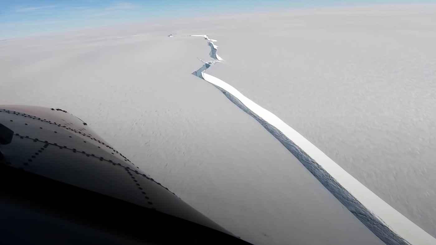 【鳥肌】厚さ150メートル、東京23区の2倍の面積の氷山が南極大陸から分離し世界中で話題に!空撮動画がすごすぎる!